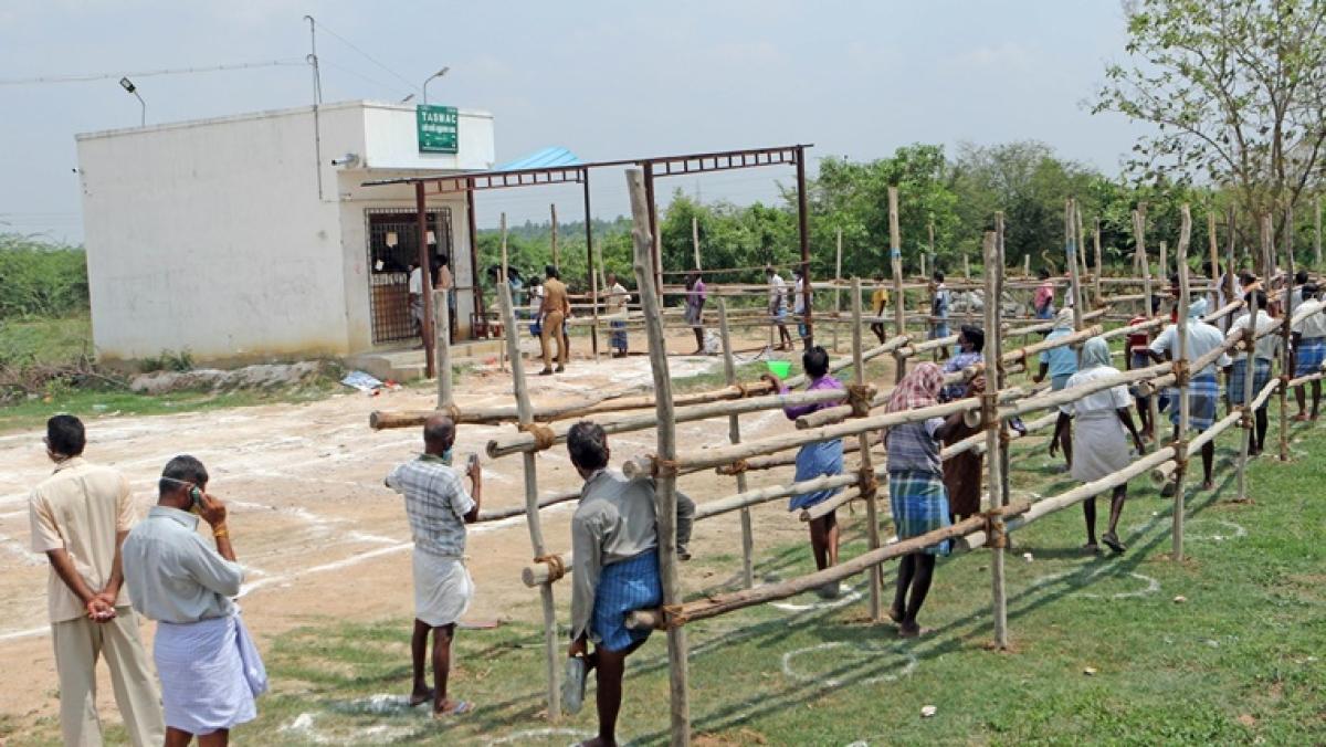 'Say no to Tasmac': Twitterati react to serpentine queues of tipplers in Tamil Nadu