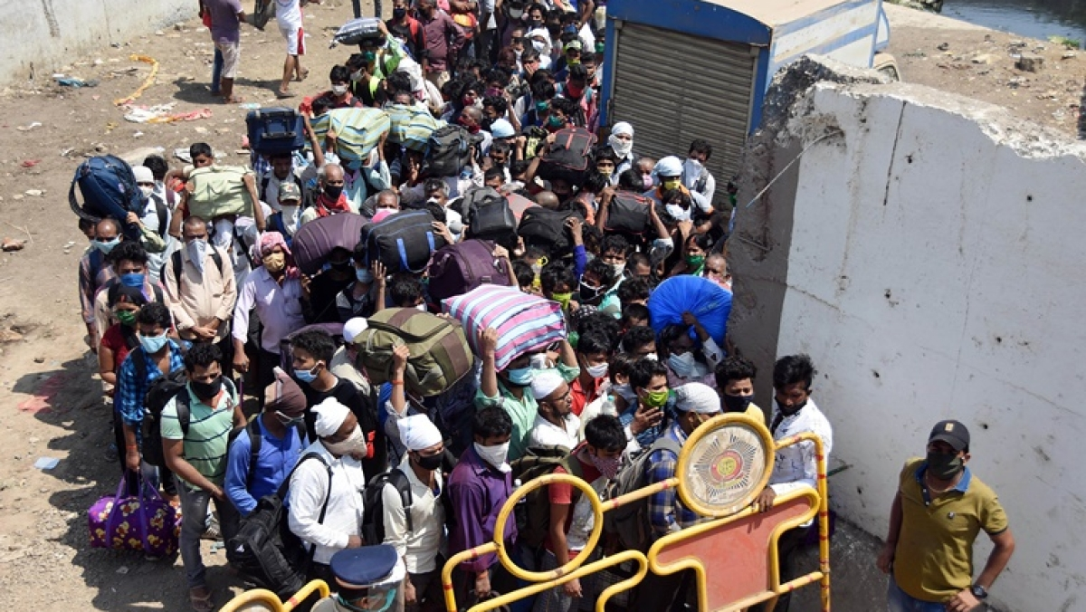 What social distancing? Thousands of migrant workers gather outside Bandra Terminus to board Shramik special train