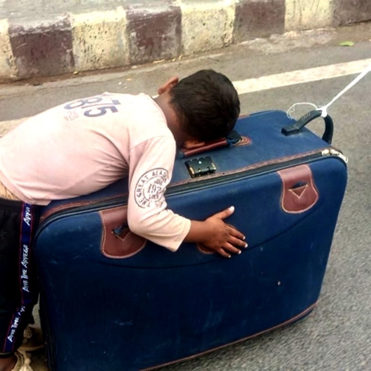 Unspeakable: Twitter heartbroken over video of migrant kid sleeping on mother's suitcase travelling on foot