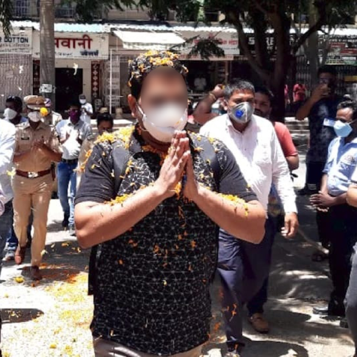 Coronavirus in Mumbai: Mira Road cops beat COVID-19, welcomed with flowers and applause