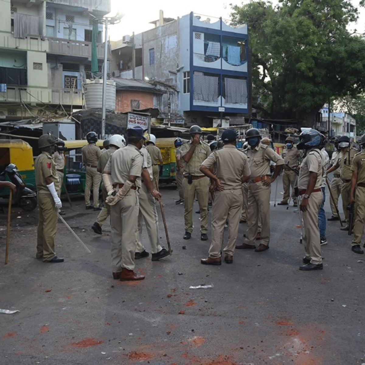 Lockdown 3.0: 15 detained after mob pelts stone at policemen enforcing lockdown in Ahmedabad