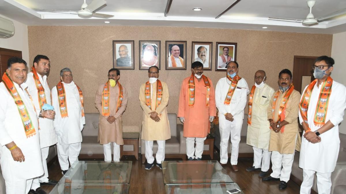 Sanwer Congress leaders with Shivraj Singh Chouhan