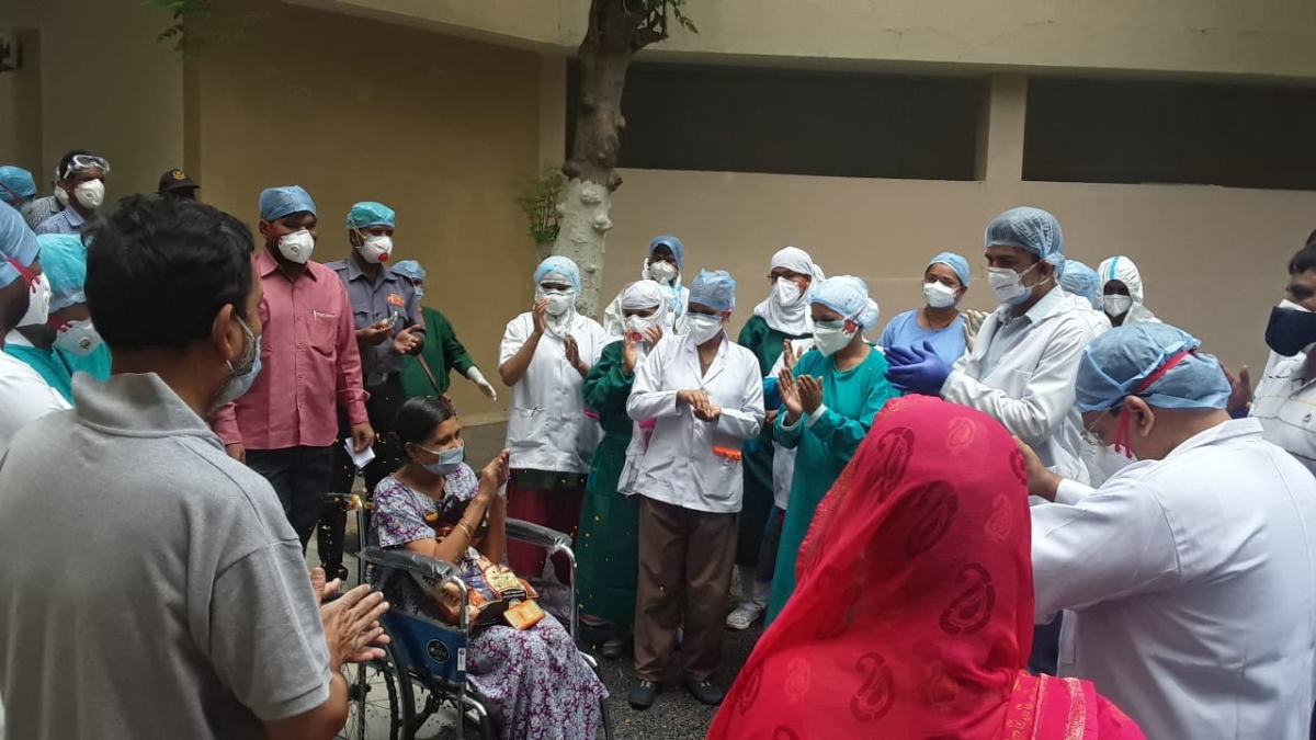 Doctors and para-medical staff of RD Gardi Medical College clapping while to give a send off to the corona winners.