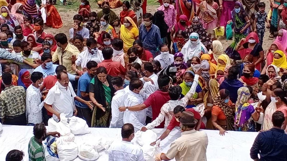 DASH @BASH: Scramble at free ration shop at Narendra Singh Tomar birthday in Indore