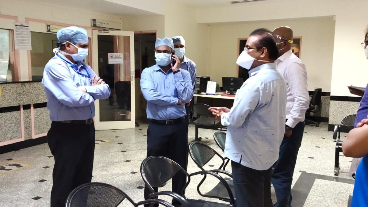 Maha Health Minister Rajesh Tope pays a surprise visit to private hospitals in Mumbai; issues show-cause notice for not complying with State order