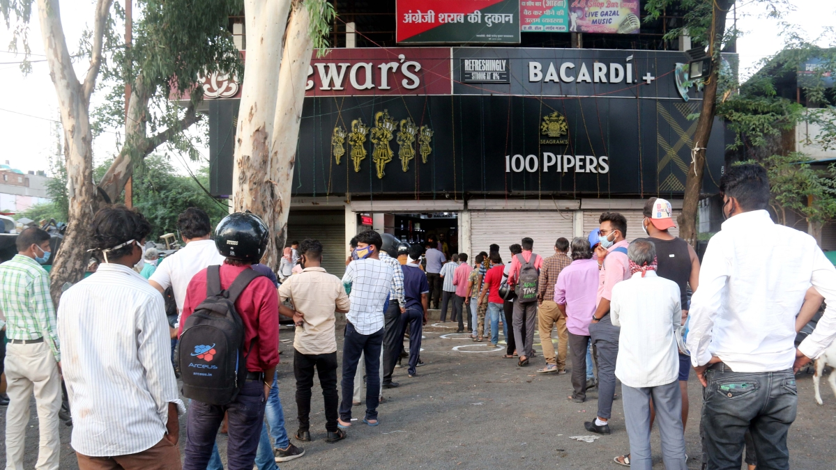 Madhya Pradesh: Despite 30% 'corona tax', boozers line up to stock liquor