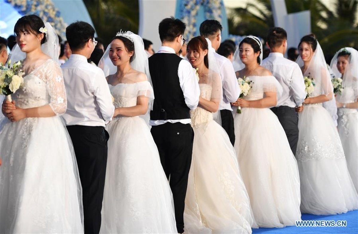China: Group wedding ceremonies held for newly-married couples who once aided COVID-19 fight