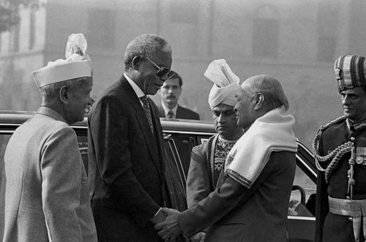 File photo of former South African President Nelson Mandela with the then President Shankar Dayal Sharma and Prime Minister P.V. Narsimha Rao in New Delhi in Jan 2005.