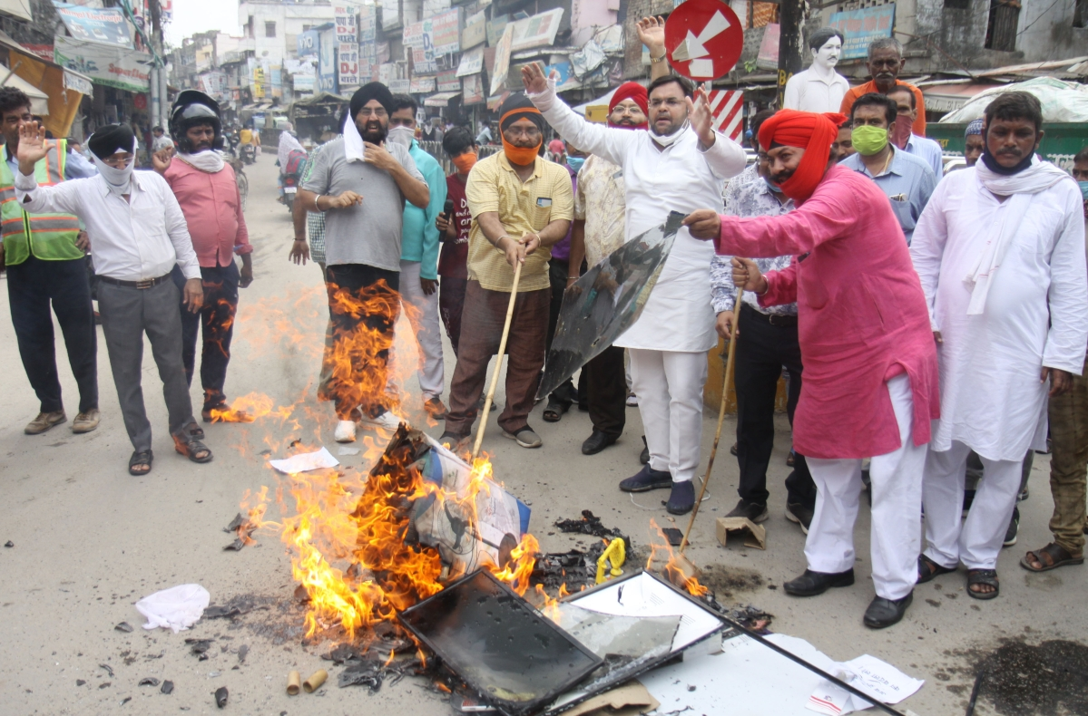 Members of traders' union burn the effigy of Chinese President Xi jinping as they protest against China after the face off at LAC, in Lucknow on Wednesday. (ANI Photo)
