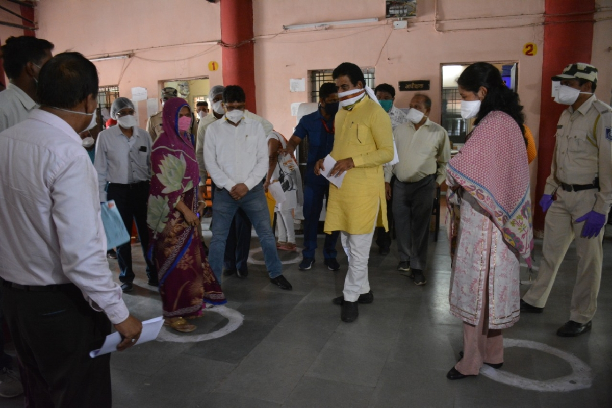 Indore: MP Shankar Lalwani inspects ongoing survey of street vendors