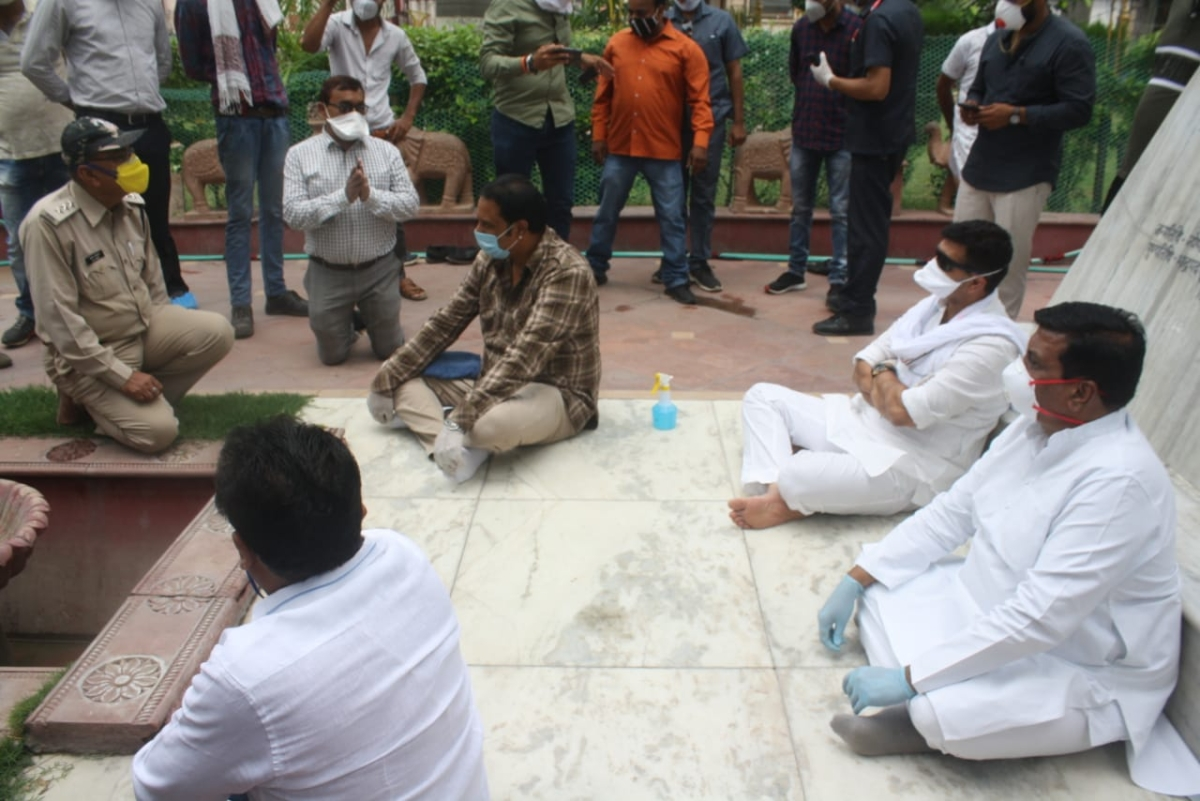 Indore: Congress protest over ration 'rage' brings SDM down on kneels, DM raps Sharma for bow down act