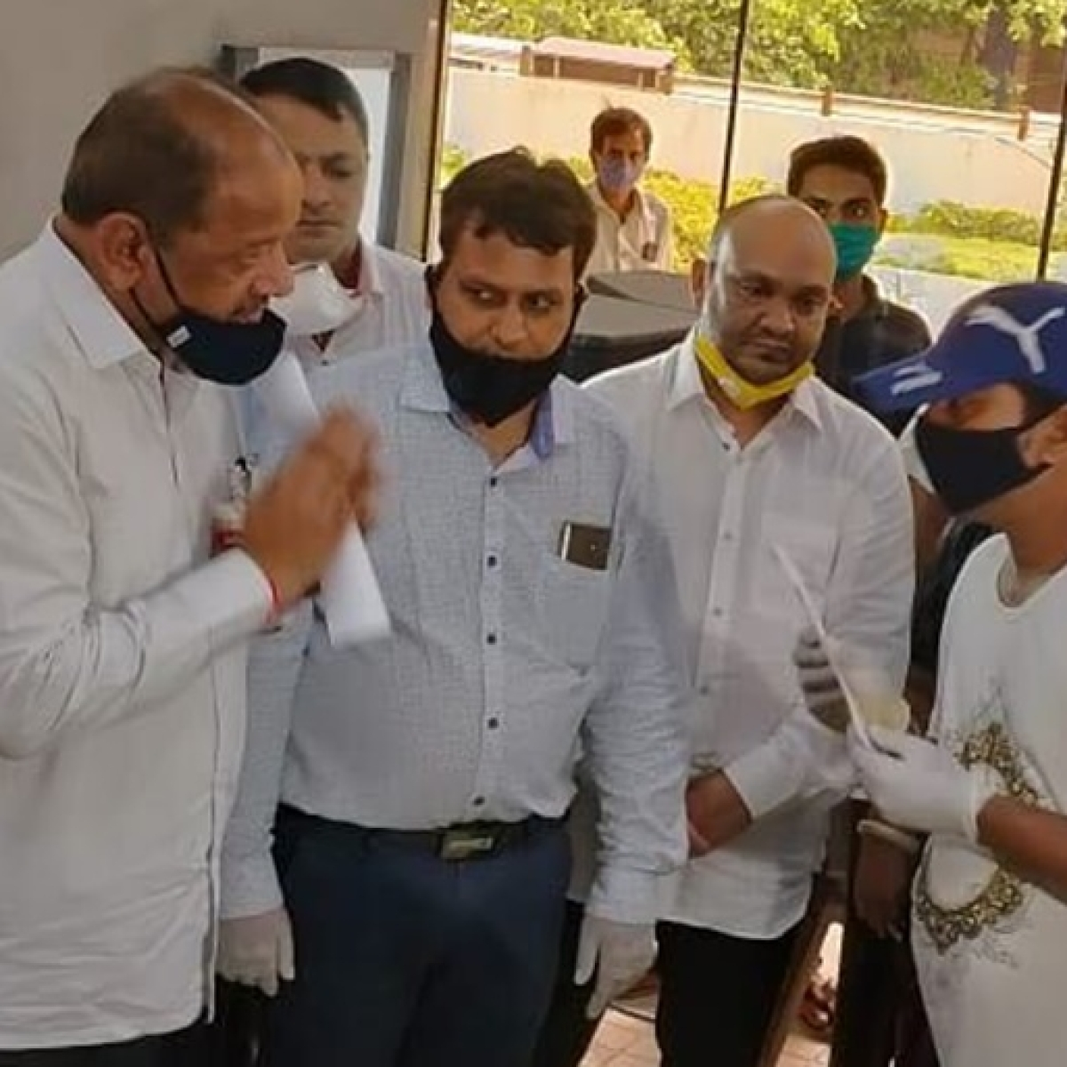 Coronavirus in Mumbai: BJP MP Gopal Shetty felicitates 30 COVID-19 warriors with gold coins, Rs 5000 cash