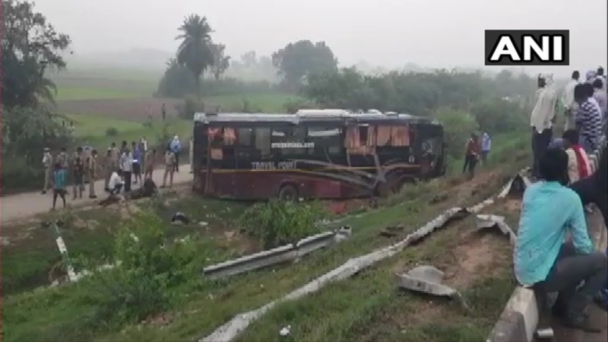 5 killed, 18 injured after bus going from Bihar's Darbhanga to Delhi collides with car on Agra-Lucknow Expressway