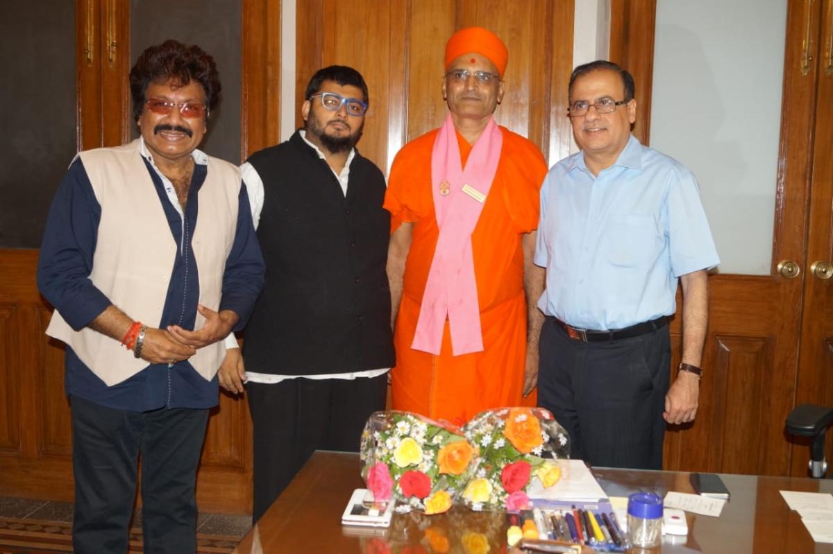 Congress leader Haji Mudassar Patel congratulates Ajoy Mehta for his appointment as Principal Advisor to CM Uddhav Thackeray