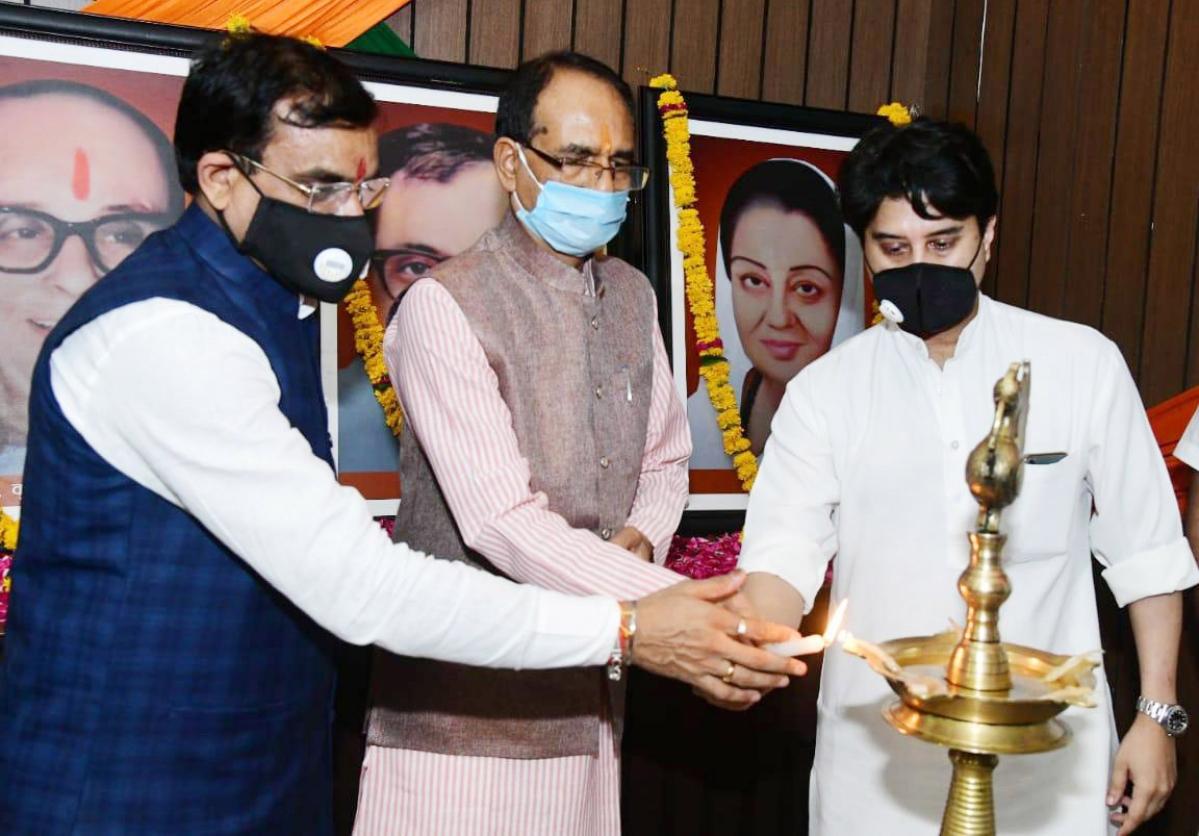 Madhya Pradesh Chief Minister Shivraj Singh Chouhan, BJP leader Jyotiraditya Scindia and VD Sharma inaugurate a party programme at BJP State headquarters, in Bhopal on Thursday.