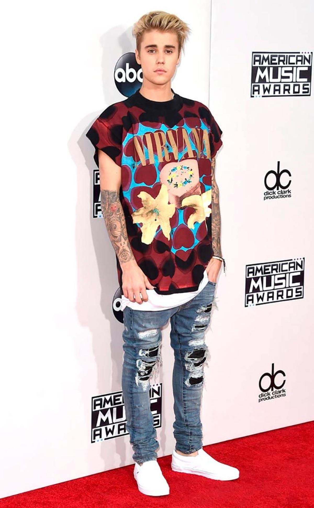 Justin Bieber rocks a graphic T-shirt