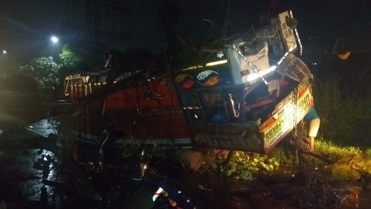 Thane: Truck loaded with vegetables topple near Ghodbunder Road; four injured