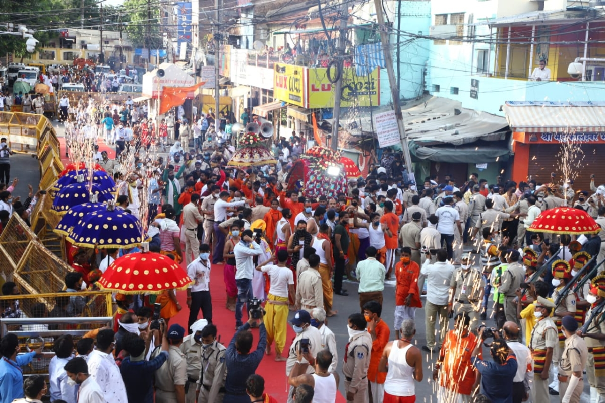 According to tradition, the ride of Lord Mahakaleshwar on the first Monday of Bhadau month was taken out with fervor. Lord Shiva set out on a tour of the city in the form of Manmahesh in the palanquin and in the form of Chandramouleshwar on an elephant. Lord Mahakaleshwar's ride was taken off the converted route in the wake of Corona infection.