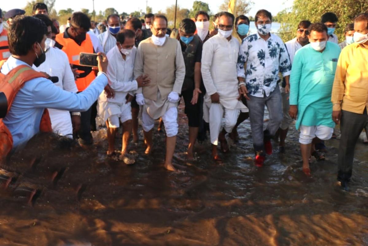 Bhopal: CM Shivraj walks through mud barefoot to reach flood-hit areas