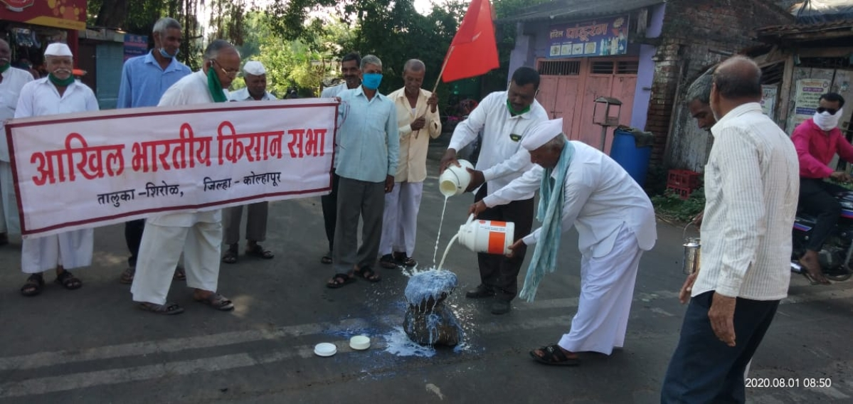 Akhil Bharatiya Kisan Sabha protest for higher milk price and subsidies.