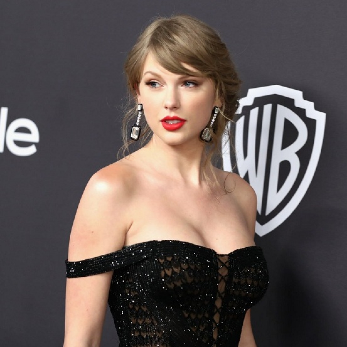 Taylor Swift donates USD 30,000 to 18-year-old woman to pay college fee