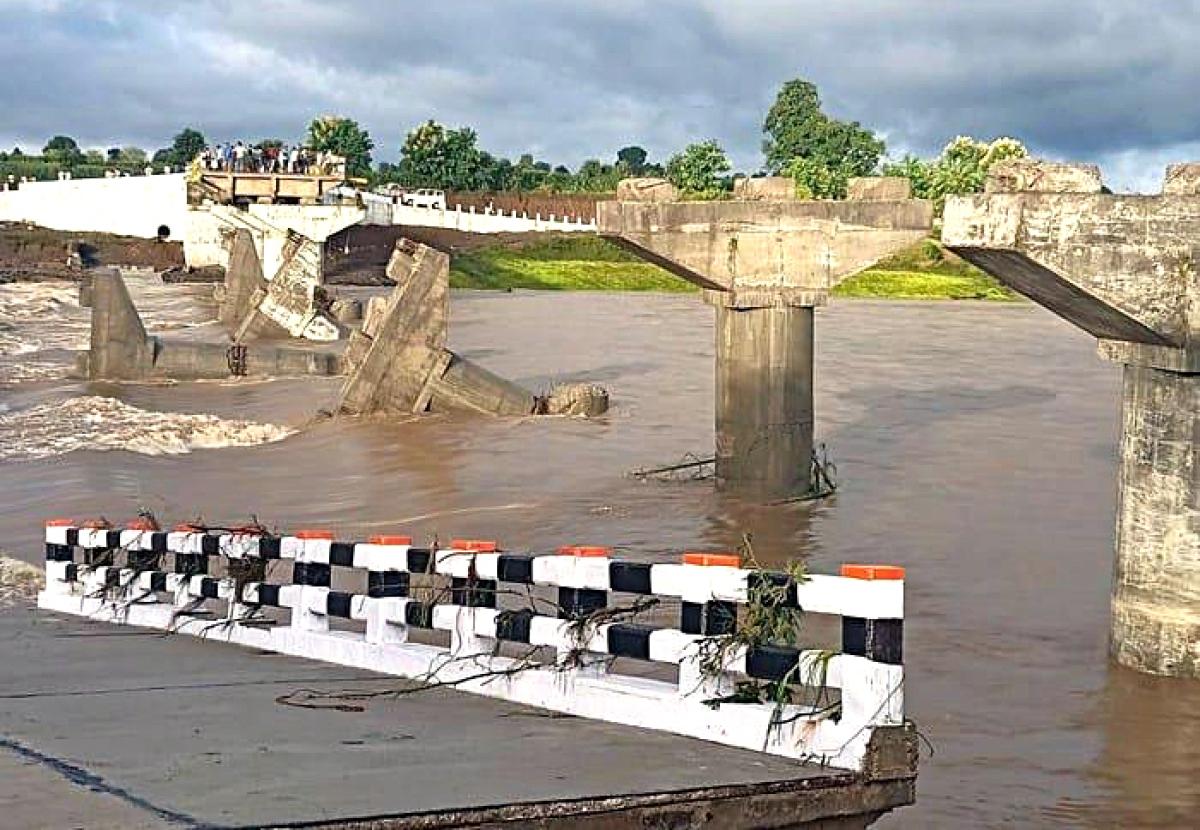 Madhya Pradesh: Raging floodwater washes away a bridge in Seoni