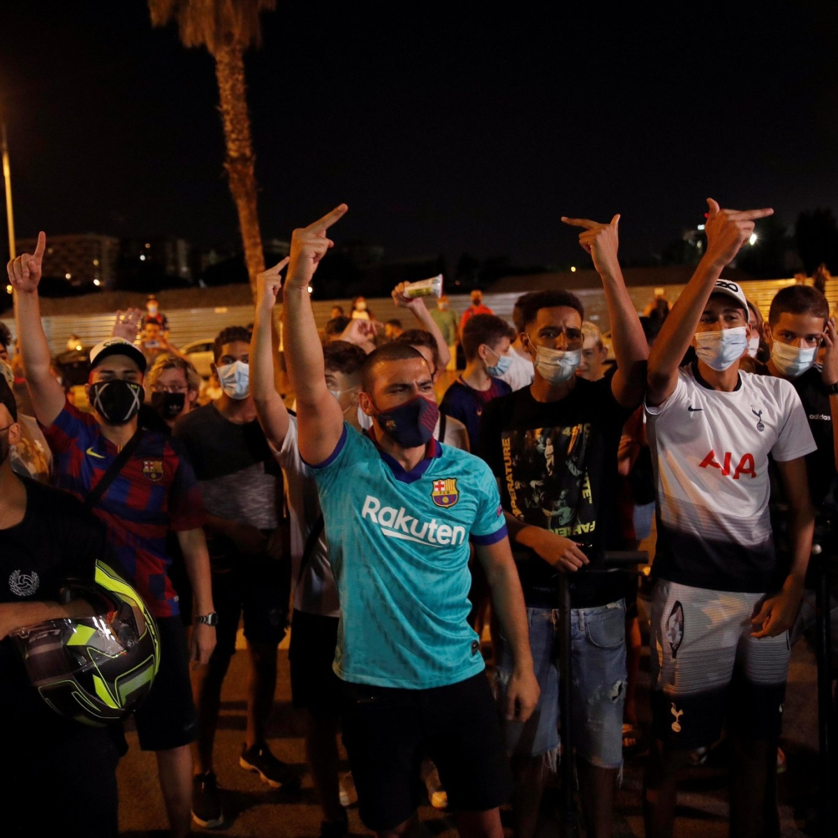 Fans gather at Camp Nou, chant 'Messi stay' as Argentine expresses desire to leave Barcelona