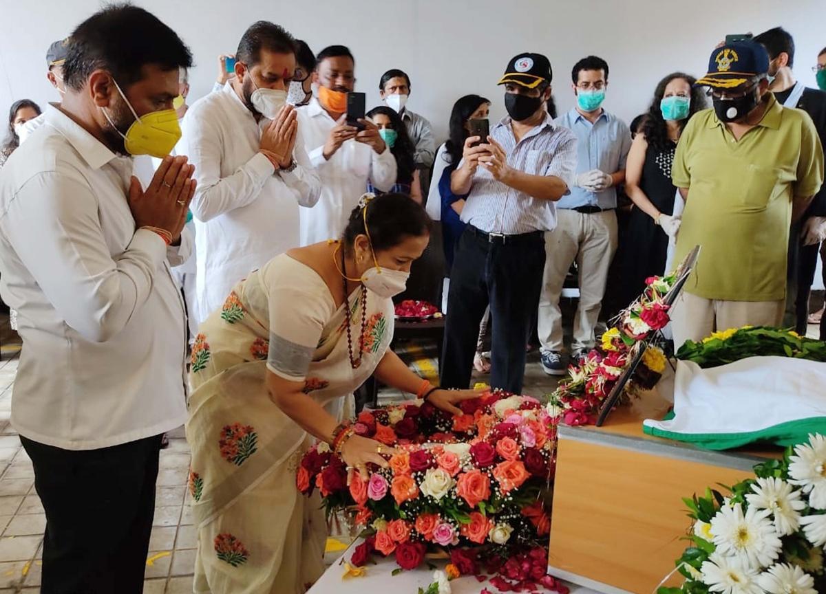 Mumbai Mayor Kishori Pednekar, paying floral tributes at his Chandivali residence before the final procession began