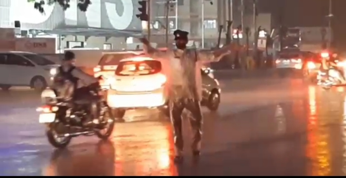 Traffic constable Sumant Singh Kachhawa was also seen managing traffic at LIG Square during rains.