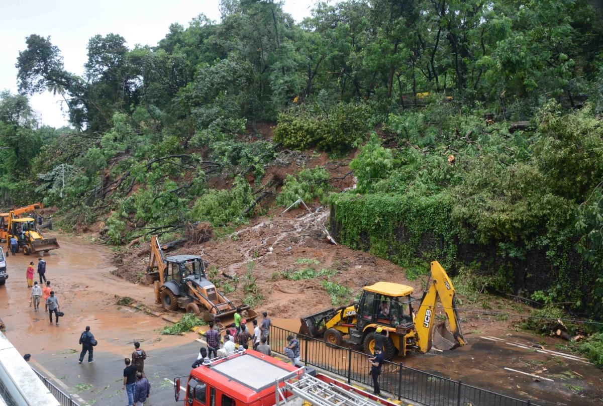 Mumbai Rains: Landslide leaves a crack on Ridge Road near Hanging Garden