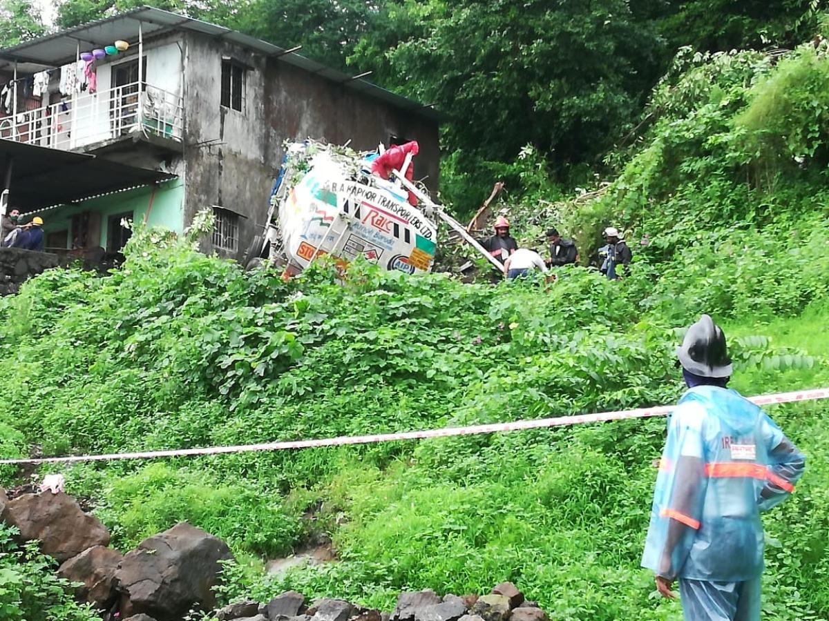 Tanker carrying chemical falls from Thane's Mumbra bridge; driver injured
