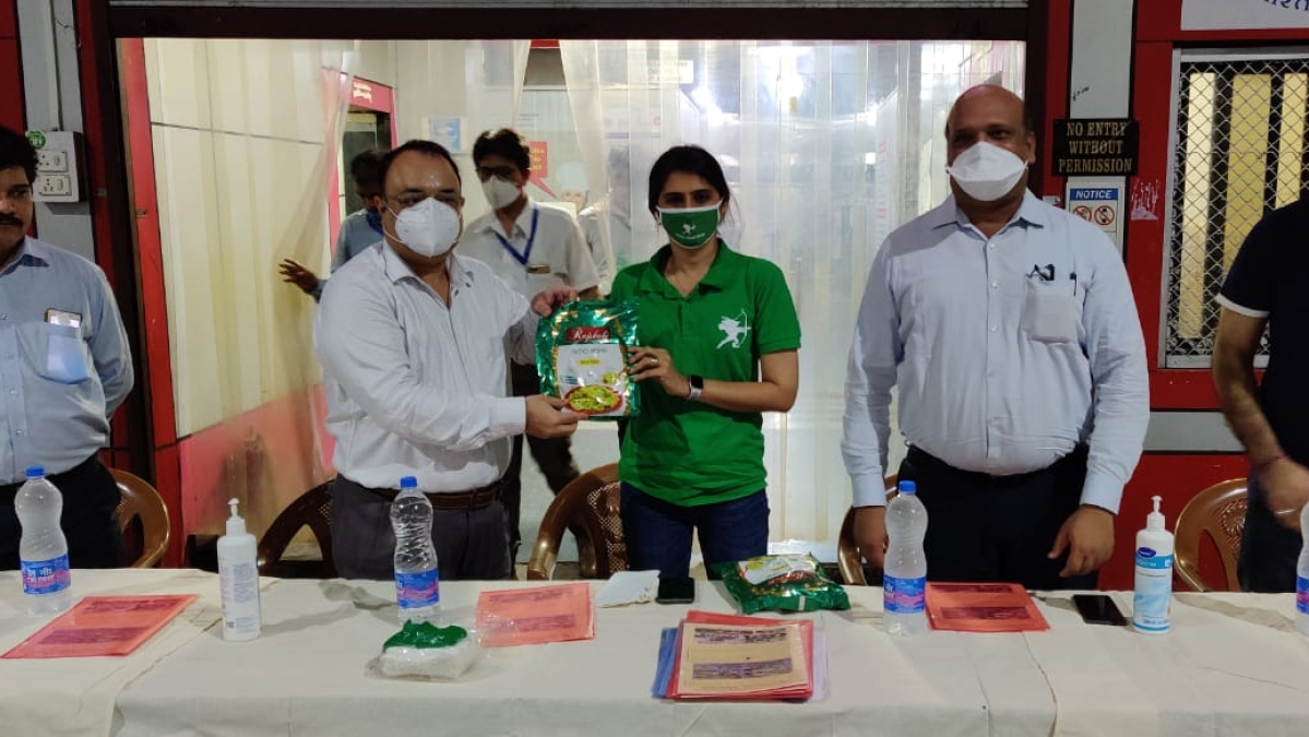 IRCTC partners with Robin Hood Army for free distribution of meals.