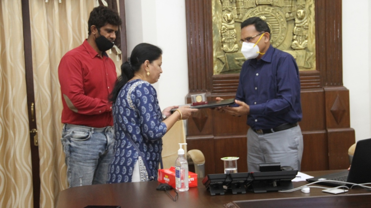 Family of Deputy Station Master, Byculla receives settlement dues in a record 10 days