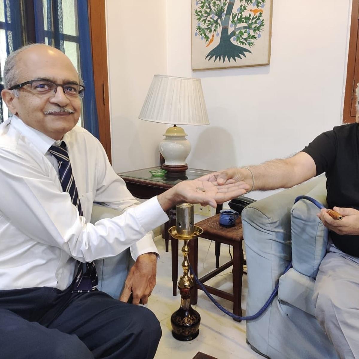 Hookah, Line and Sinker: Legal Twitter in love with Rajeev Dhawan's hookah after Re 1 verdict