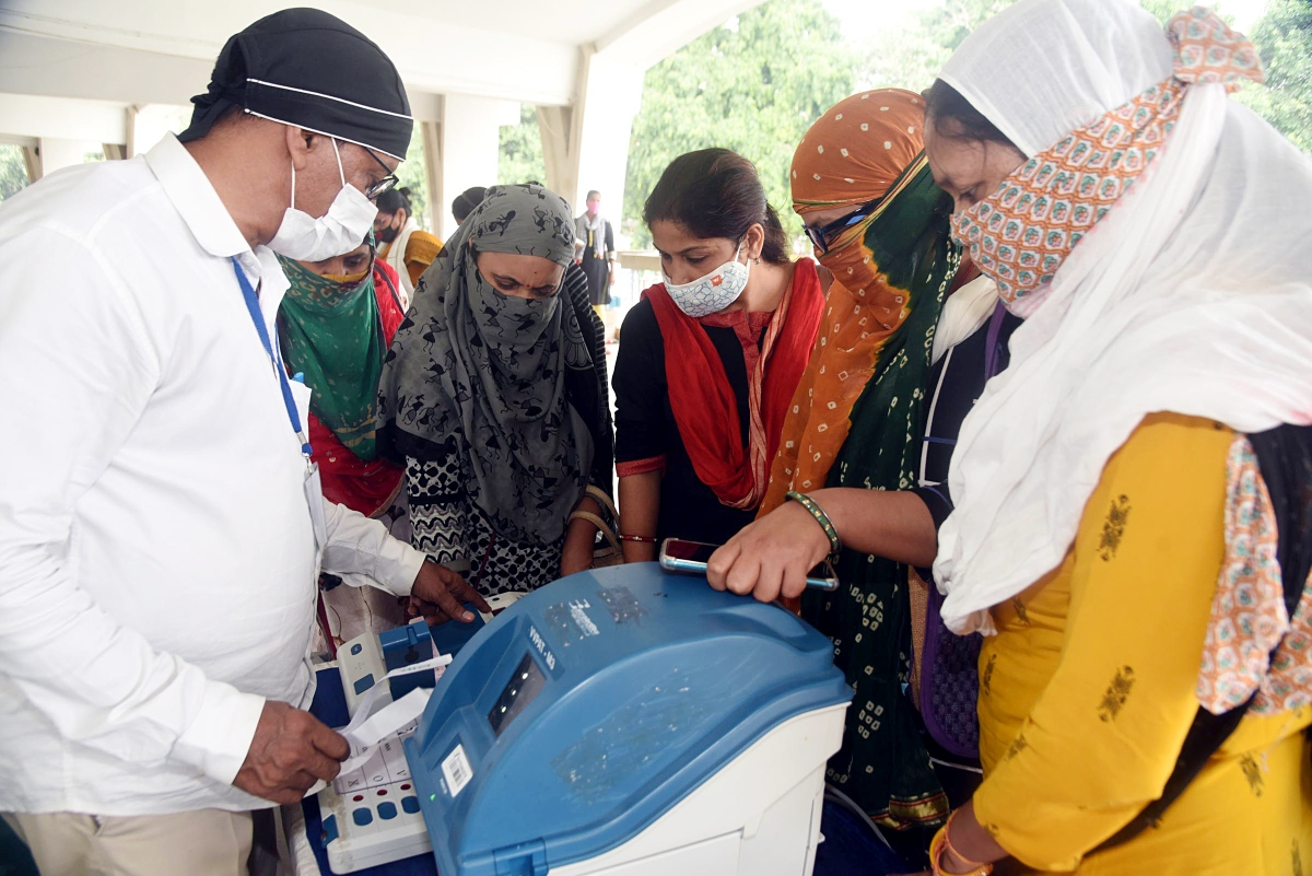 ): Election officers demonstrate the Electronic Voting Machine (EVM) and Voter-Verified Paper Audit Trail (VVPAT) during a training program ahead of the assembly poll, at S.K.M hall in Patna on Saturday.