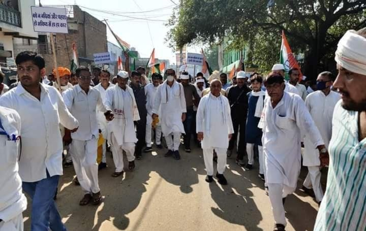 Madhya Pradesh Congress leaders Govind Singh and Ajay Singh on Saturday began a foot march from Lahar for river conservation after garlanding a statue of Mahatma Gandhi.