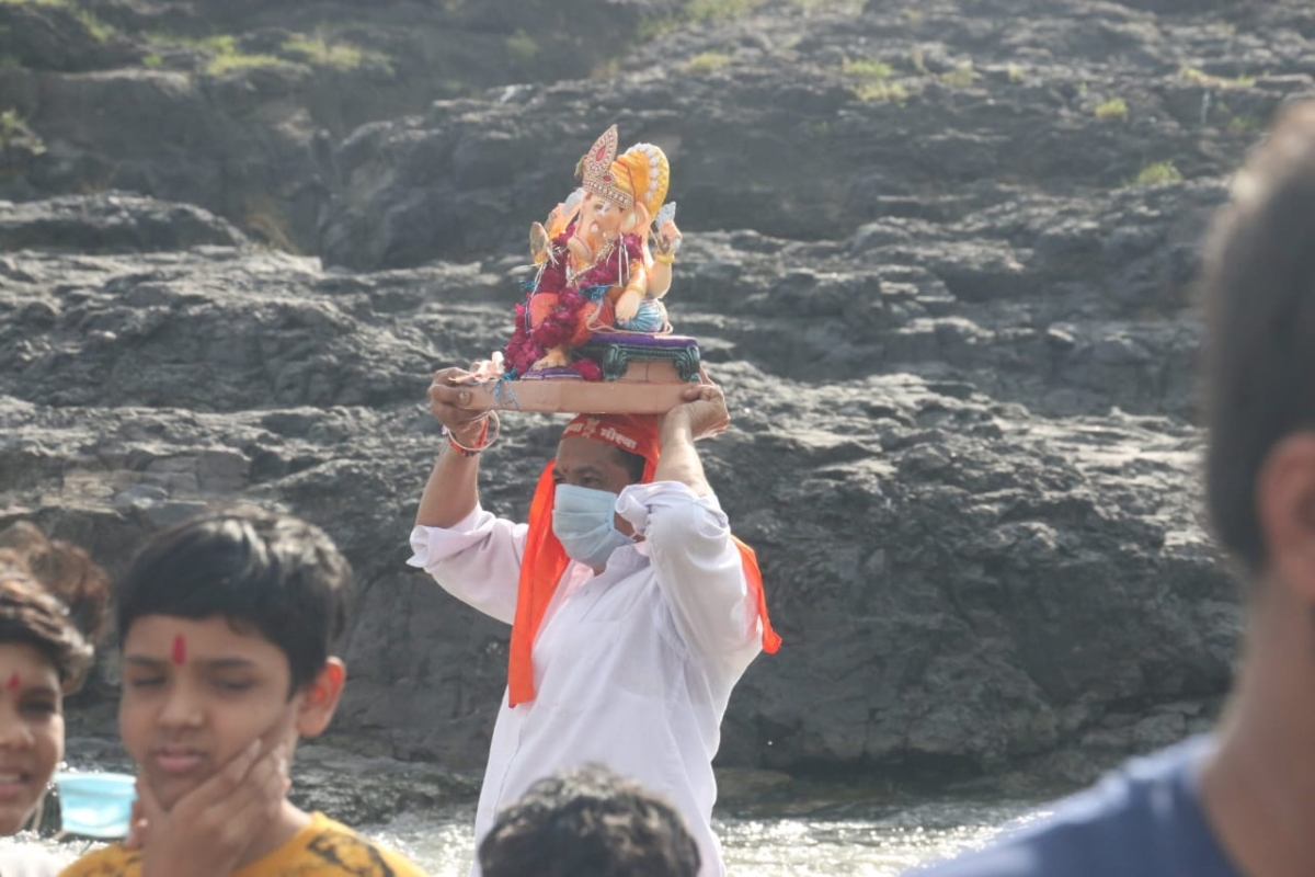 Indore: Teary-eyed, people bid adieu to Lord Ganesh