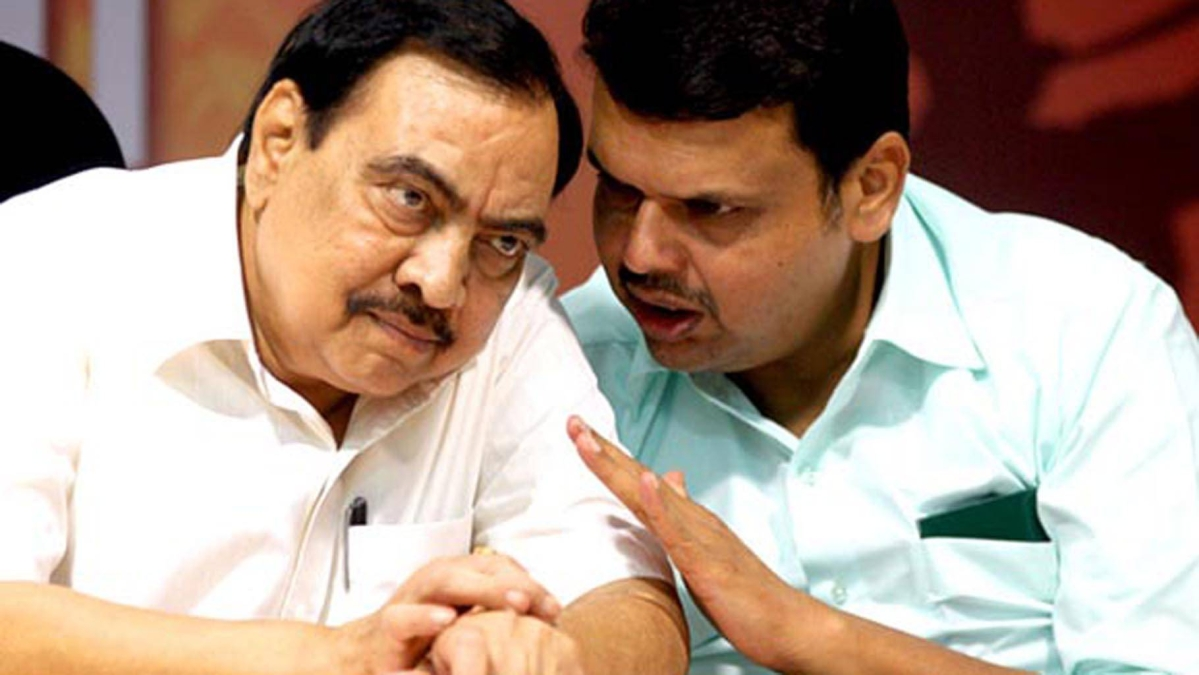 Eknath Khadse (L) is widely regarded as a mentor of former Chief Minister Devendra Fadnavis (R)