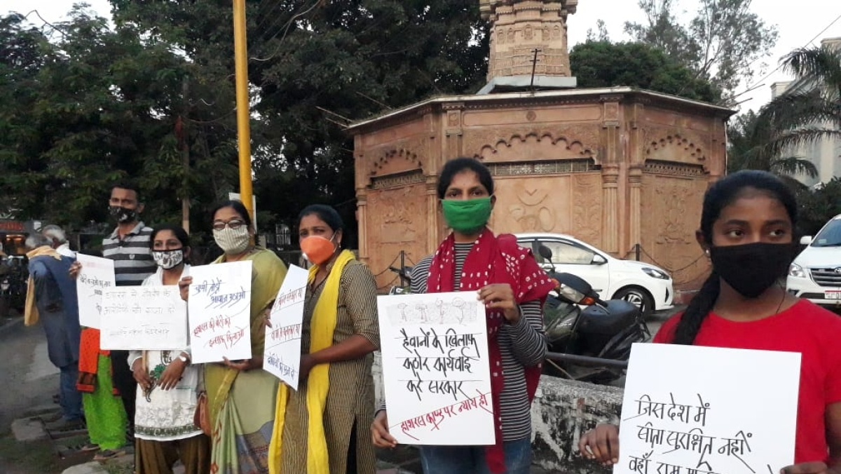Women formed Human Chain to protest against Hathras Incident