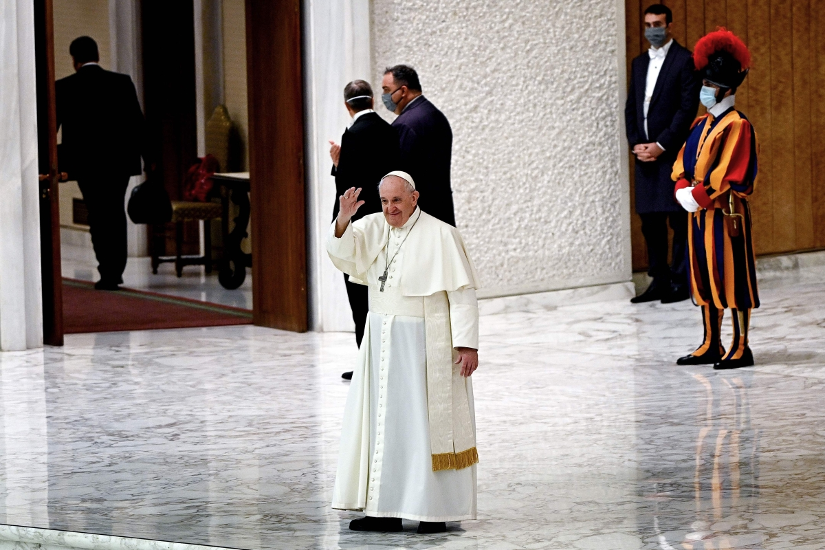 Once again Pope goes mask-less