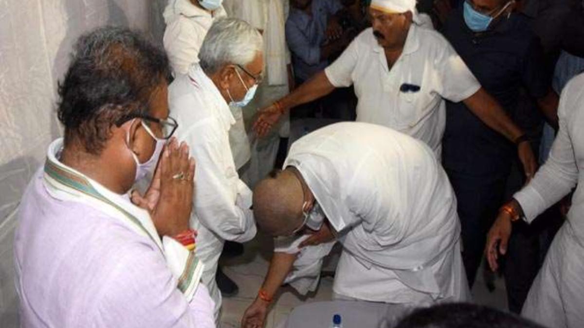 Bihar: Amid poll dispute, Chirag Paswan touches Nitish's feet at Ram Vilas Paswan's sraddha ritual