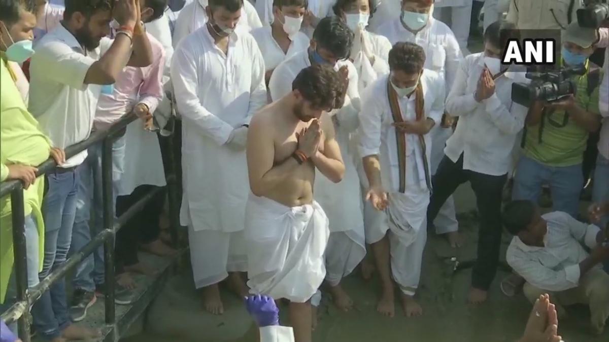 Watch: Ram Vilas Paswan's son Chirag perform last rites at Patna's Digha ghat; Nitish Kumar, Ravi Shankar Prasad and others present