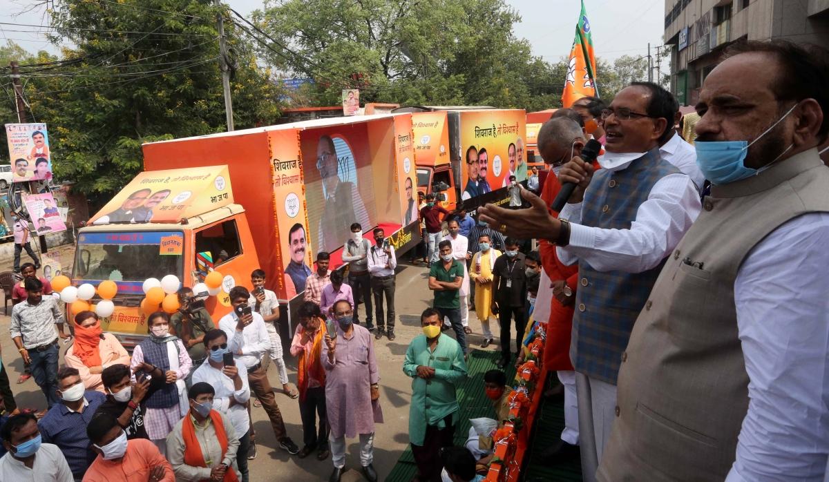 Shivraj SIngh flagging off video chariots,