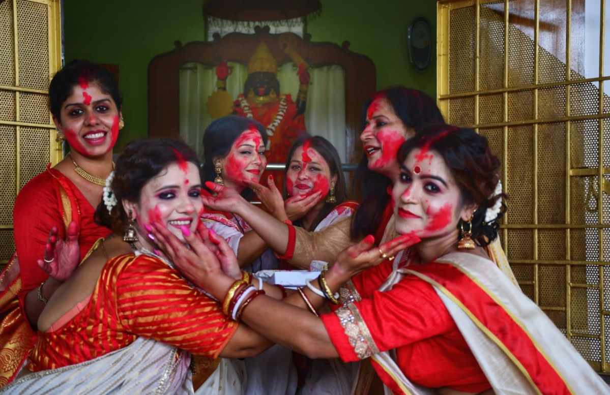 Bhopal: With all COVID norms in place, Bengali women play Sindoor