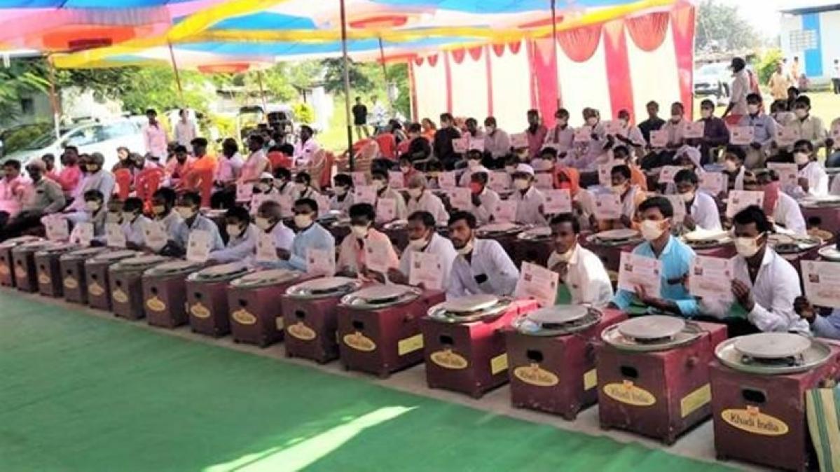 Nitin Gadkari distributes electric potter wheels to 100 families in Maharashtra