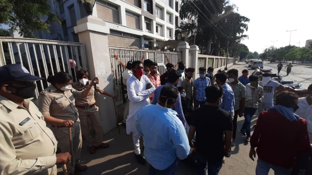 Indore: Irked parents protest in front of Chameli Devi Public School over management's negligent behavior