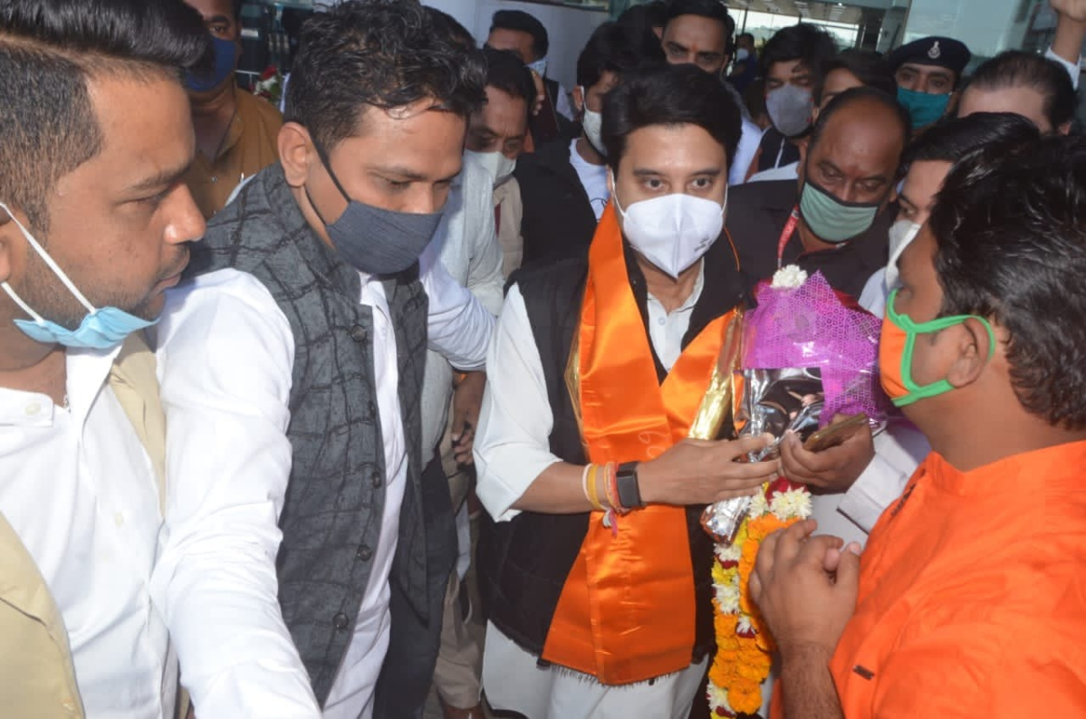 BJP leader Jyotiraditya Scindia was welcomed by Congress leaders at Bhopal airport on Monday