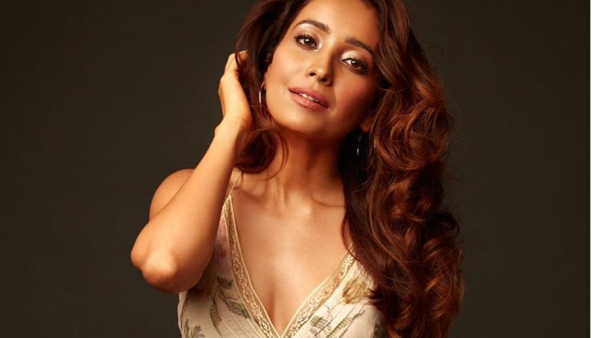 Asha Negi sets temperature soaring with her topless picture on Instagram; TV stars react