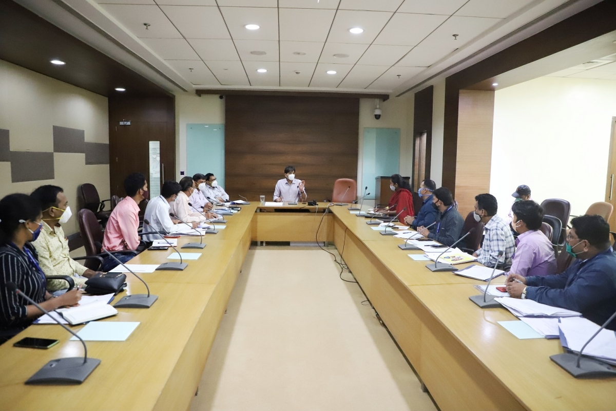 Civic chief Abhijit Bangar held a review meeting of Garden department wherein Additional municipal Commissioner Sanjay Kakade, Deputy Commissioner of Garden Manoj Mahale, Assistant Commissioner of Garden  Anant Jadhav as well as garden assistants of all departments were present.