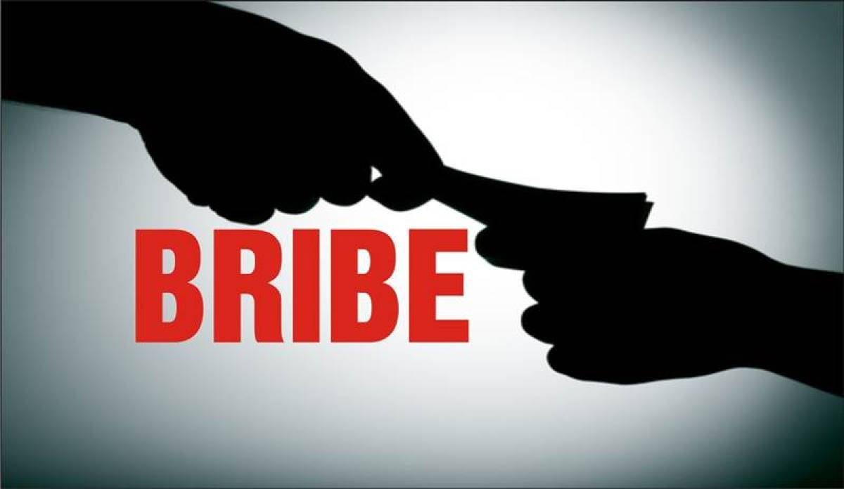 Mumbai: Election office clerk caught accepting pen box, Rs 4,500 as bribe